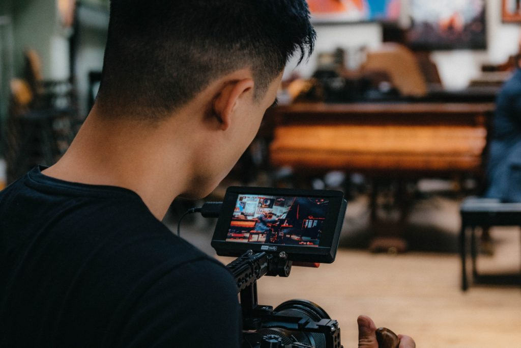 Caméraman en tournage pour une société de production vidéo